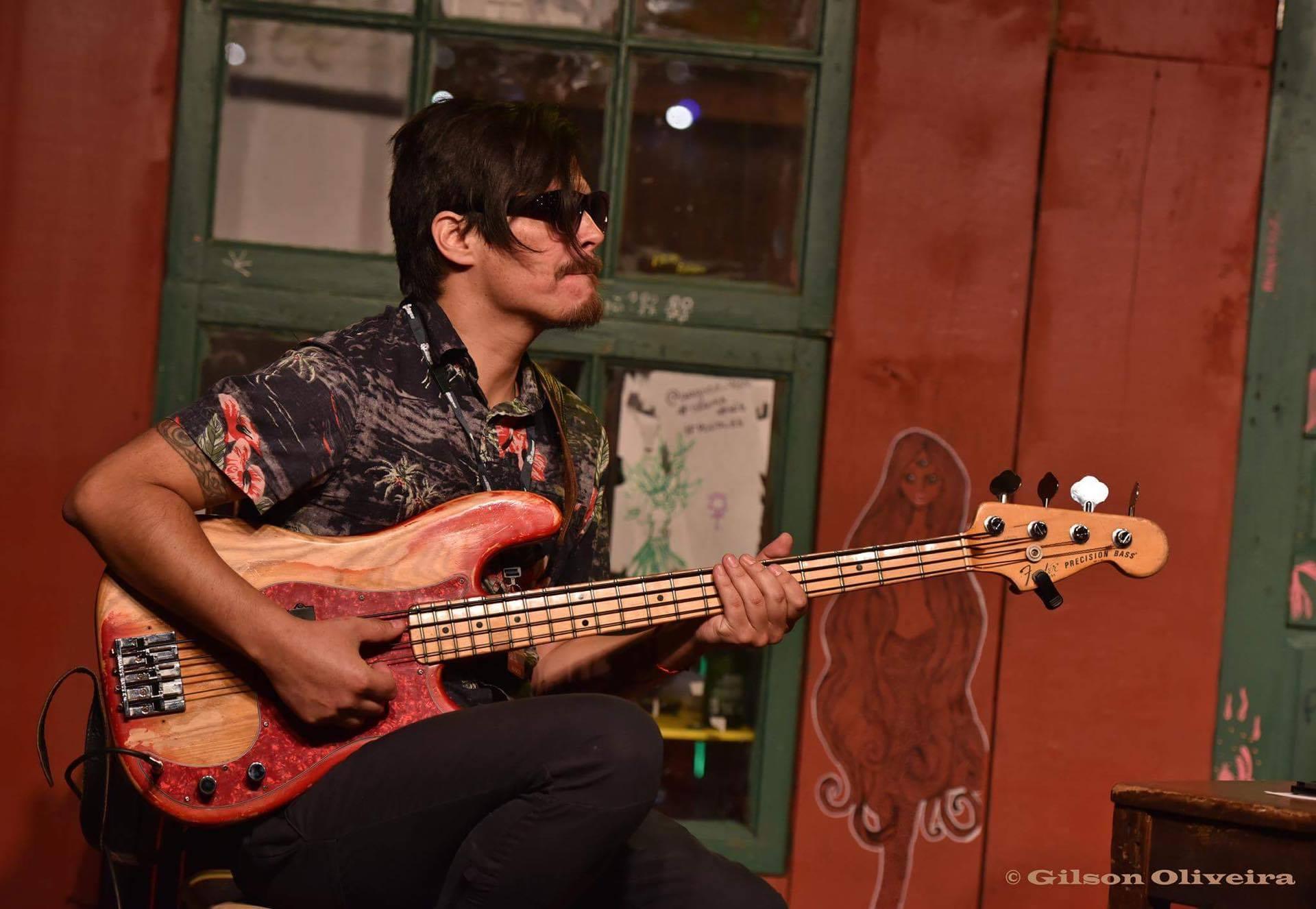 Foto de Gilson Oliveira do baixista chileno Freddy Muñoz, elogiado por Alamo Leal