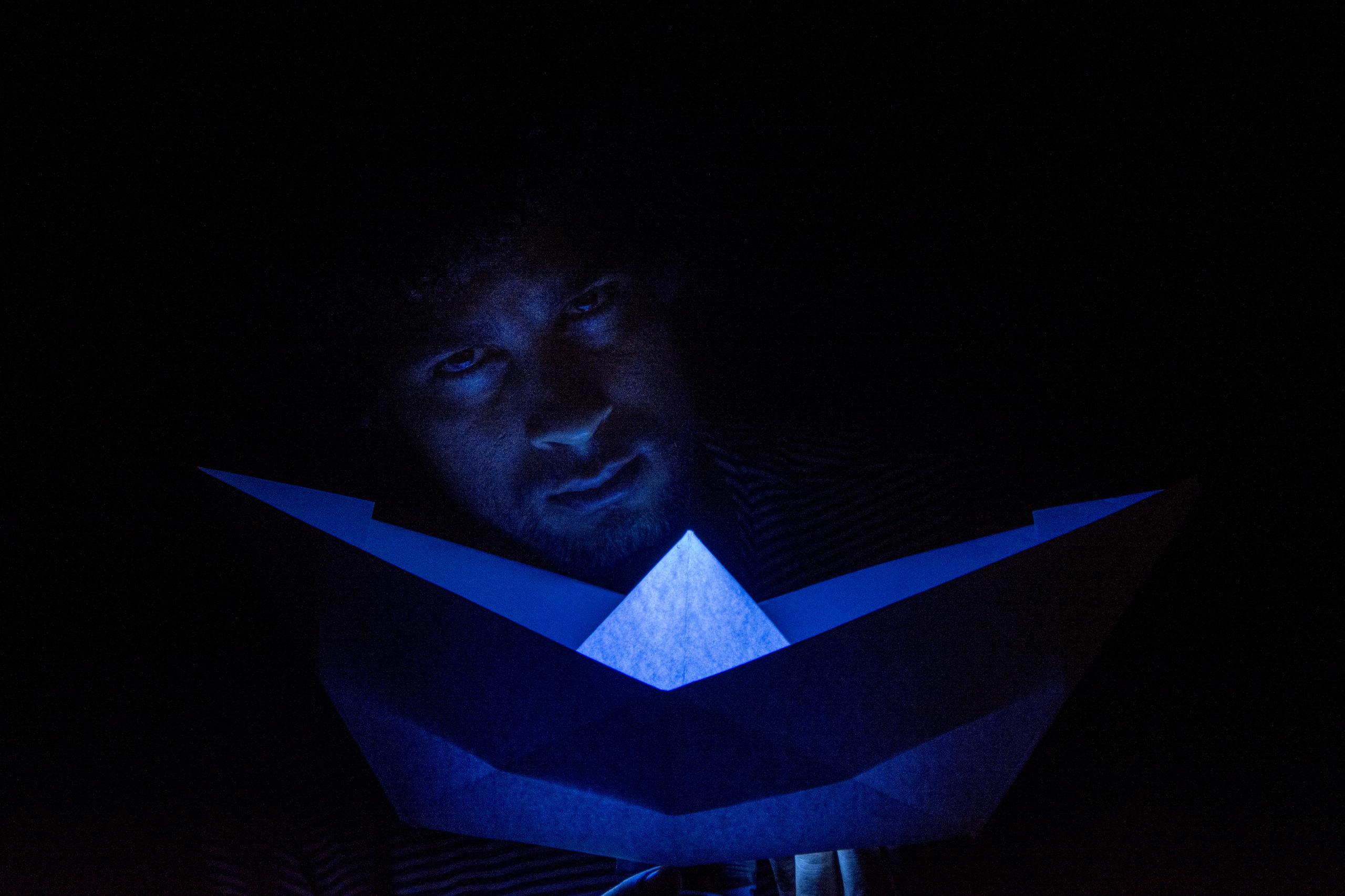 Barquinho de papel nas mãos do ator Bruno Suzano