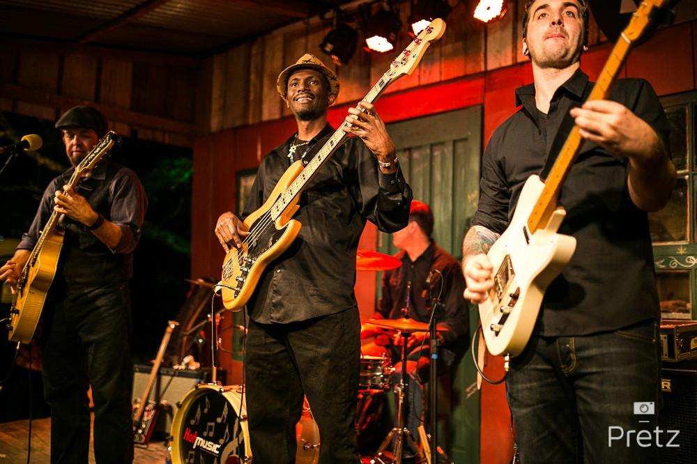 Foto de Paulo Pratz do baixista norte-americano Frederic Cleveland, em ação com a banda The Red Hots