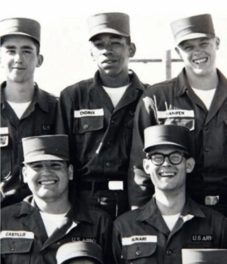 O guitarrista Jimi Hendrix servindo o exército, em foto com a turma da brigada de paraquedistas